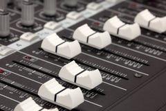 Plan rapproché de console de mélange sonore. Profondeur de Photographie stock libre de droits