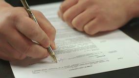 Plan rapproché de contrat de signature de main masculine, homme d'affaires faisant l'affaire clips vidéos