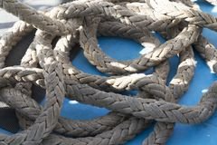 Plan rapproché de corde sur le fond bleu Image stock