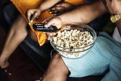 Plan rapproché de coup de maïs éclaté sur un recouvrement Photo libre de droits