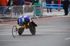 Plan rapproché de coureur de fauteuil roulant de marathon de 2014 NYC Image libre de droits