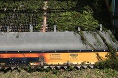 Plan rapproché de couteau de moissonneuse de végétation de lac avec des mauvaises herbes Image libre de droits