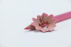Plan rapproché de crayon coloré par rose avec des copeaux Images libres de droits