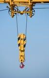 Plan rapproché de crochet de grue de construction contre le ciel bleu Image stock