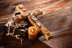 Plan rapproché de croix chrétienne en bois Photos stock