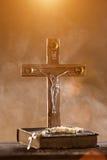 Plan rapproché de croix chrétienne en bois Photos libres de droits