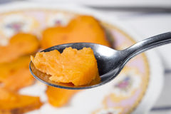 Plan rapproché de cuillerée de patate douce rôtie Photographie stock libre de droits