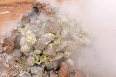 Plan rapproché de cuire des fumerolles à la vapeur de soufre au secteur géothermique Hverir Photo libre de droits