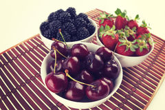 Plan rapproché de cuvette avec des cerises avec des fraises et des mûres Photo libre de droits