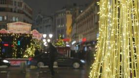 Plan rapproché de décoration de Noël À l'arrière-plan, les voitures sont hors focale et les gens marchent L'atmosphère de fête banque de vidéos