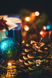 Plan rapproché de décoration de Noël de nouvelle année Boule de Noël, cône, ch image libre de droits