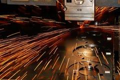 Plan rapproché de découpage de laser d'industrie de machines Photographie stock libre de droits
