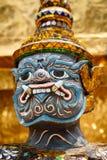 Plan rapproché de démon gardant Stupa d'or Photographie stock libre de droits