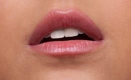 Plan rapproché de désir de languettes de femme de beauté Photos stock