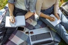 Plan rapproché de deux étudiants se préparant à l'examen dehors images libres de droits
