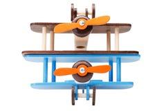 Plan rapproché de deux avions colorés qui respecte l'environnement pour des jeux d'enfants, d'isolement sur un fond blanc Modèles Images libres de droits