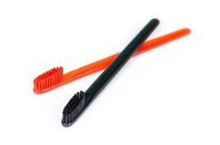 Plan rapproché de deux brosses à dents Pour les hommes et des femmes Pleins noir et o Photo stock