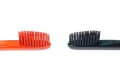 Plan rapproché de deux brosses à dents Pour les hommes et des femmes Pleins noir et o Photographie stock libre de droits