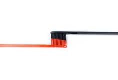 Plan rapproché de deux brosses à dents Pour les hommes et des femmes Pleins noir et o Image libre de droits