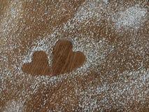 Plan rapproché de deux coeurs faits à partir de la poudre de sucre sur le tabl en bois Photo stock