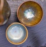 Plan rapproché de deux coquilles japonaises dans l'intéret d'un plat d'ardoise image stock