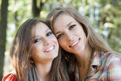 Plan rapproché de deux femmes de sourire Image libre de droits