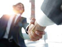 Plan rapproché de deux gens d'affaires se serrant la main images stock