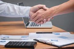 Plan rapproché de deux gens d'affaires se serrant la main tout en se reposant à t Image stock