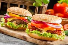 Plan rapproché de deux hamburgers faits maison faits à partir des légumes frais Photographie stock