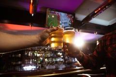 Plan rapproché de deux hommes grillant avec de la bière Photo libre de droits