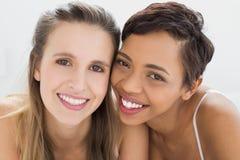 Plan rapproché de deux jeunes amis féminins heureux Photo stock