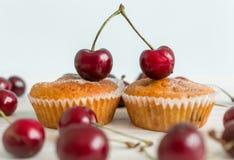 Plan rapproché de deux petits pains décorés par des paires de cerises Concept de Photographie stock libre de droits
