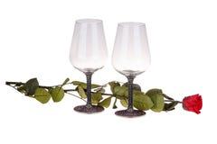 Plan rapproché de deux verres de vin avec la rose de rouge Images libres de droits