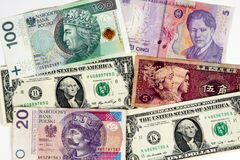 Plan rapproché de devise étrangère des monnaies internationales d'argent Image stock