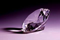 Plan rapproché de diamant dans la violette Images stock