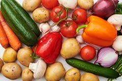 Plan rapproché de différents légumes organiques se trouvant sur la disposition plate Photos libres de droits