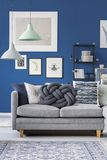 Plan rapproché de divan gris photos stock