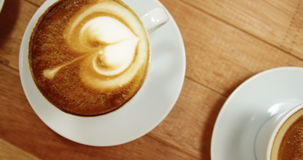 Plan rapproché de diverse tasse de café avec la soucoupe banque de vidéos
