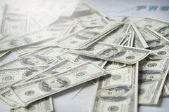 Plan rapproché de dollar d'Etats-Unis de fond d'argent USD sur la table Photo libre de droits