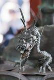 Plan rapproché de dragon livrant l'eau à la purification de Chomizuya images libres de droits