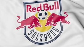 Plan rapproché de drapeau de ondulation avec le logo de club du football de FC Red Bull Salzburg, rendu 3D Images stock
