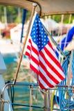 Plan rapproché de drapeau des Etats-Unis réglé sur un yacht Images libres de droits