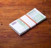 Plan rapproché de 100 euro billets de banque sur le fond en bois Images libres de droits