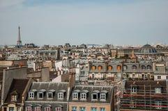 Plan rapproché de façade des bâtiments et du Tour Eiffel mitoyens typiques sur l'horizon à Paris Photographie stock