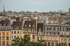 Plan rapproché de façade des bâtiments et du Tour Eiffel mitoyens typiques sur l'horizon à Paris Photo stock