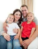 Plan rapproché de famille adorable se reposant sur le sofa Photographie stock libre de droits