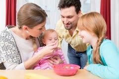 Plan rapproché de famille heureuse prenant soin de bébé images libres de droits