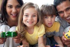 Plan rapproché de famille jouant le jeu vidéo Image libre de droits