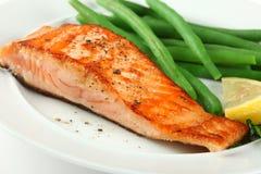 Plan rapproché de Fellet saumoné grillé avec les haricots verts photo stock