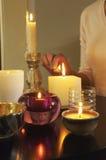 Plan rapproché de femme allumant des bougies Photo libre de droits